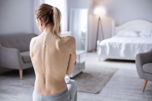 Maladie professionnelle. déprimé jeune femme souffrant d'anorexie tout en travaillant comme modèle