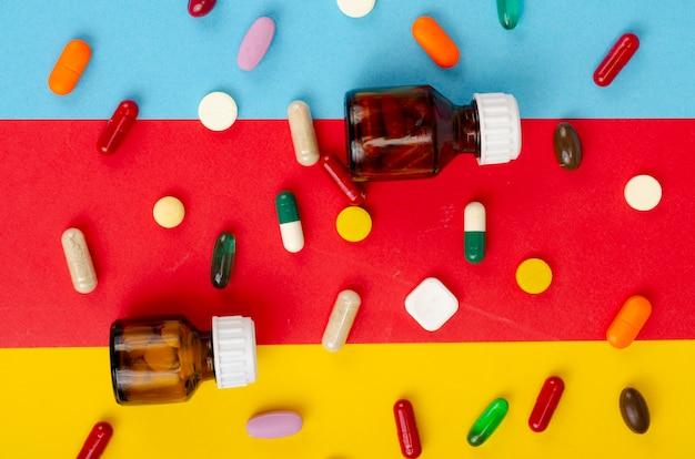 Maladie et traitement. concept de médecine. médicaments et emballages sur fond clair. photo de studio