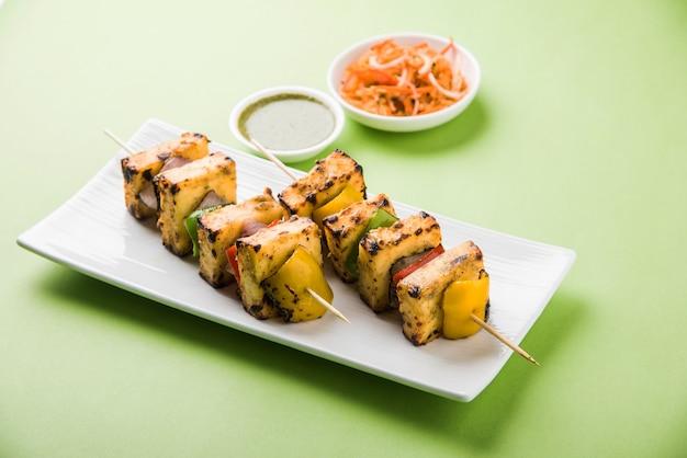 Malai paneer tikka kabab est un plat indien à base de morceaux de fromage cottage