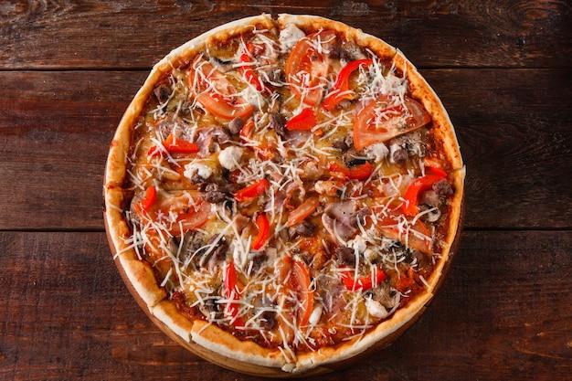 Malbouffe italienne, mauvaises habitudes, calories. tranches de pizza fraîchement cuites servies sur une table en bois, à plat. mode de vie malsain, voracité.