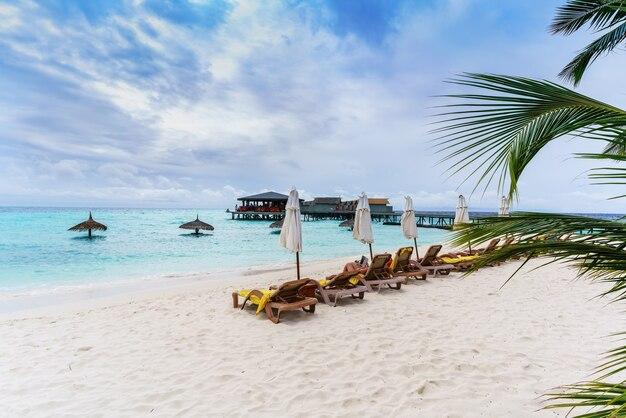 Maldives island republique des maldives 2 mars 2017 touristes se détendre sur la plage