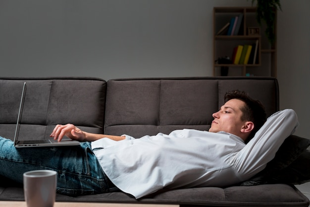 Mâle adulte appréciant le travail à domicile