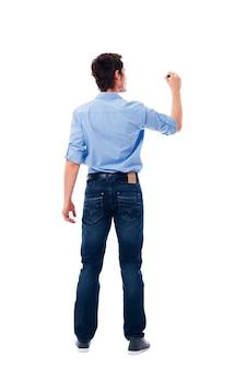 Mâle adulte écrit sur le mur blanc vierge