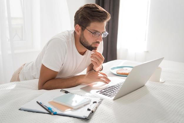 Mâle adulte occasionnel appréciant travailler à la maison