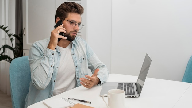 Mâle adulte occasionnel travaillant à domicile