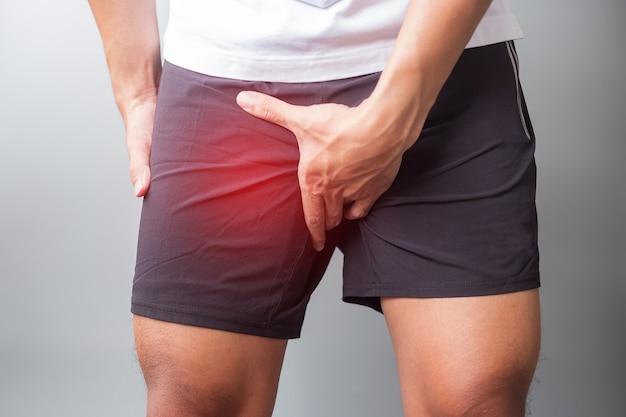 Mâle adulte souffrant de douleurs musculaires pendant la course. le coureur a mal aux jambes en raison de l'étirement de l'aine, du syndrome de la bande liotibiale (itbs) ou du cancer de la prostate. blessures sportives et concept médical