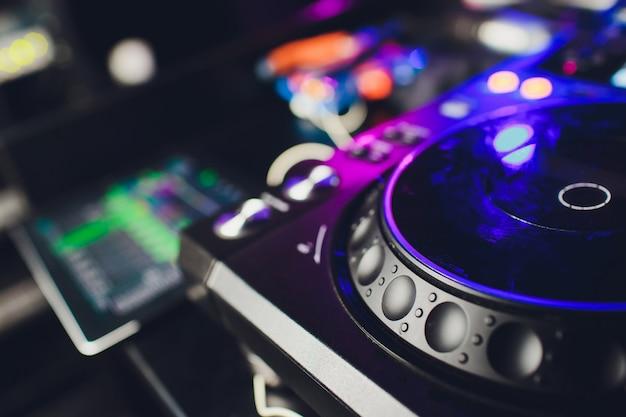 Mâle dj jouant de la musique au club, vue de dessus.
