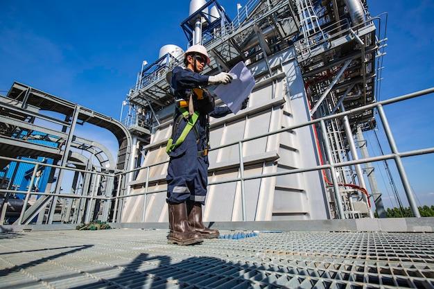 Mâle à être vanne d'inspection visuelle et pipeline de travailleur