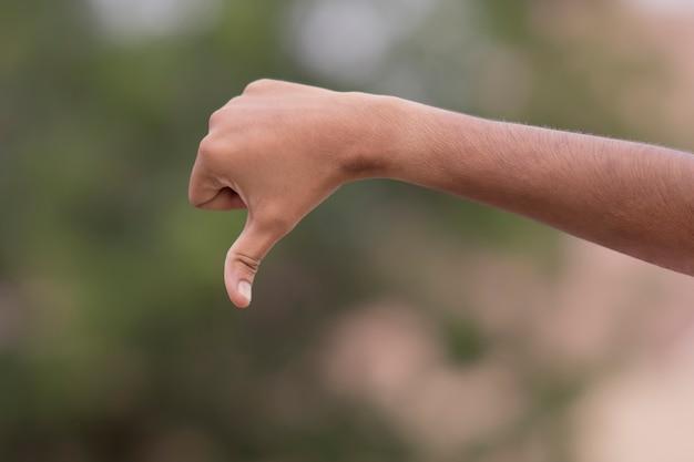 Mâle geste de la main n'aime pas le signe