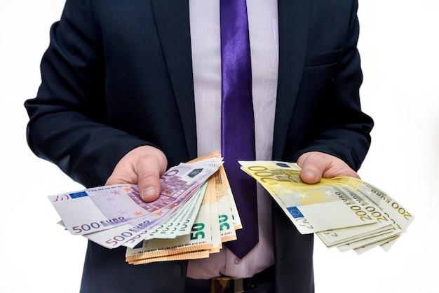 Mâle main offrant des billets en euros close up