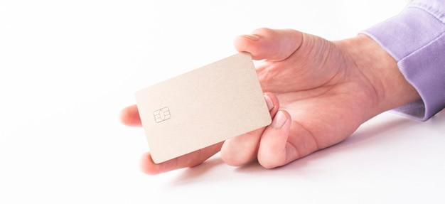 Mâle main de payer avec la carte de crédit isolé sur fond blanc