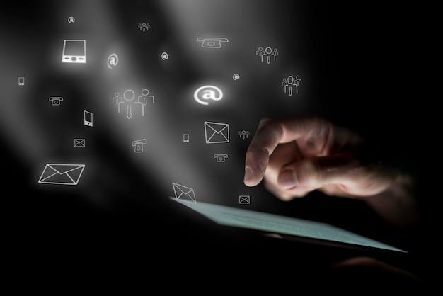 Mâle main plane sur tablette numérique