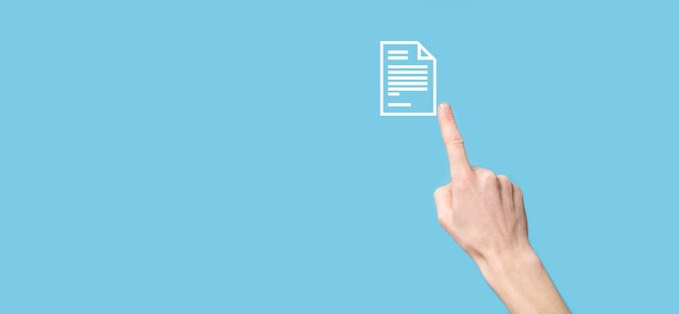 Mâle main tenant une icône de document sur fond bleu. système de données de gestion de documents concept de technologie internet d'entreprise. système de gestion de données d'entreprise dms.