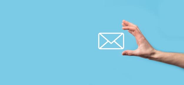 Mâle main tenant l'icône de lettre, icônes d'email. contactez-nous par e-mail de newsletter et protégez vos informations personnelles contre les spams. centre d'appels du service client contactez-nous. email marketing et newsletter.