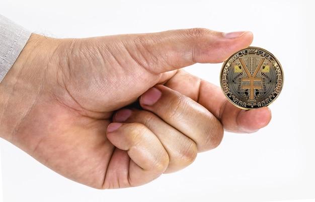 Mâle main tenant une pièce e-rmb sur fond blanc isolé avec copie de l'espace, concept d'argent virtuel en chine.