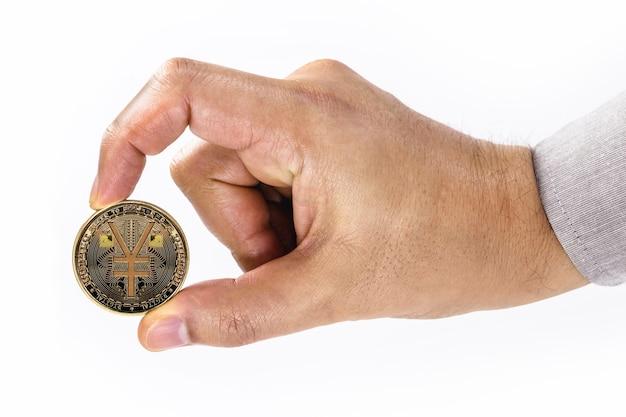 Mâle main tenant une pièce e-rmb sur une surface blanche isolée avec copie de l'espace, concept d'argent virtuel en chine.