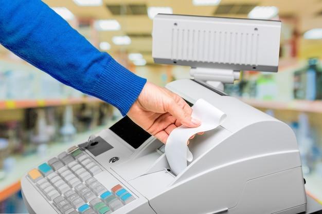 Mâle main tenant supermarché vérifier vue rapprochée