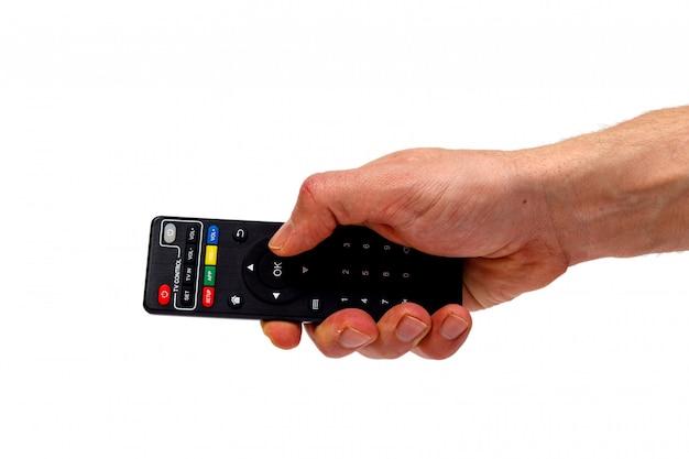 Mâle main tenant la télécommande du téléviseur isolée. concept minimaliste.