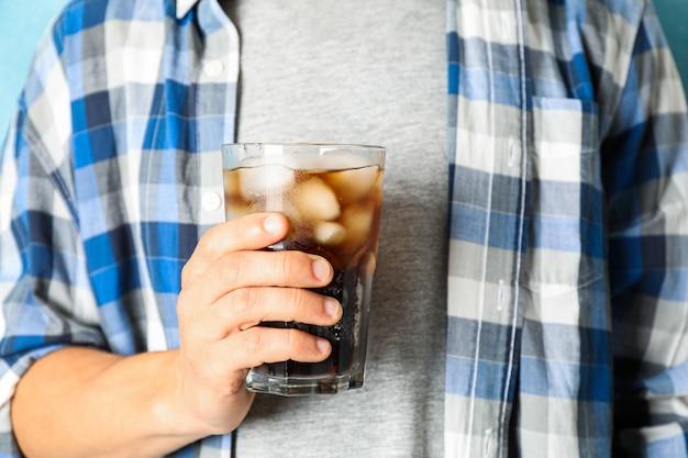 Mâle main tenant un verre de cola, gros plan