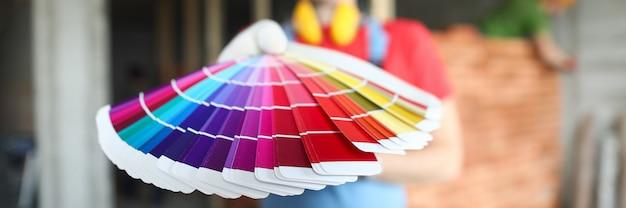 Mâle main tenir la palette de couleurs closeup