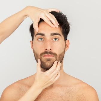 Mâle modèle visage soin