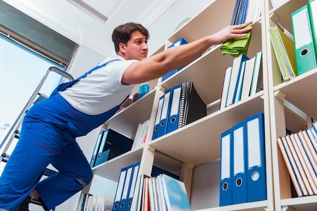 Mâle, nettoyant bureau, nettoyage, étagères, dans, bureau