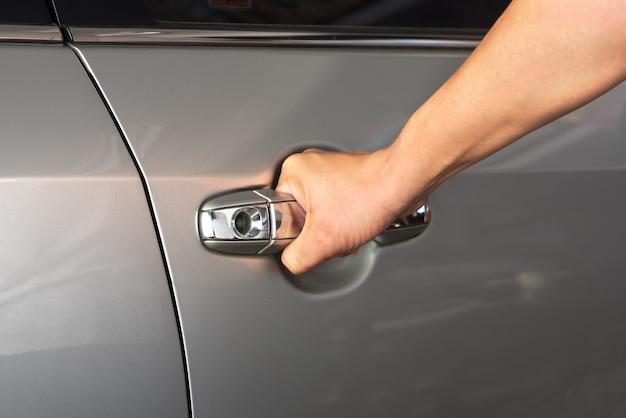 Mâle ouvre la voiture de porte