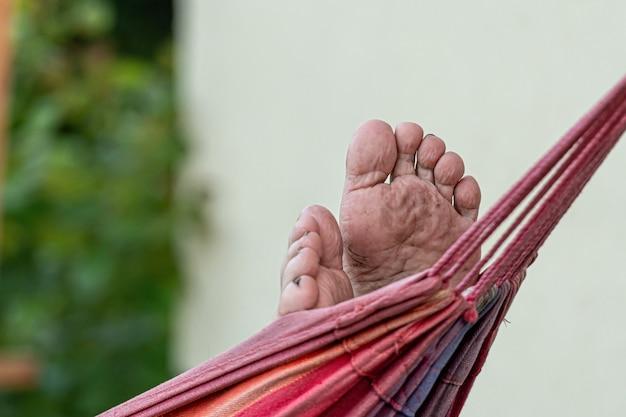 Le mâle se détend et se détend dans le hamac, mise au point sélective, mise au point sur les pieds