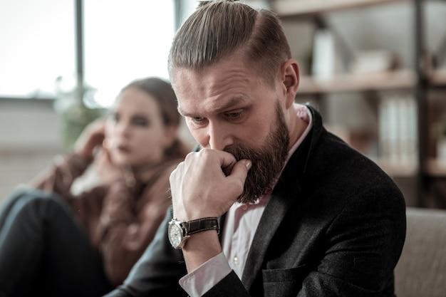 Malentendu avec sa fille. homme barbu mature se sentant vraiment mal après un malentendu avec sa fille