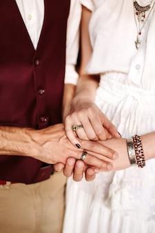 Mâles et femelles, main dans la main