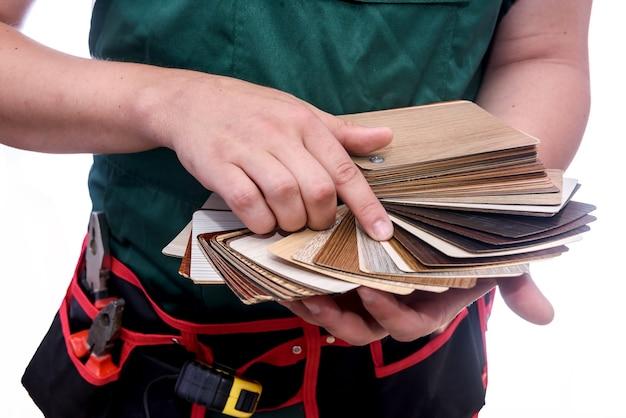 Mâles mains tenant un échantillonneur en bois se bouchent