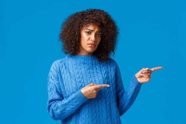 Malheureuse sombre et bouder jolie femme afro-américaine se sentant mécontente et triste du mauvais service de livraison, des vacances de noël et du nouvel an gâtées