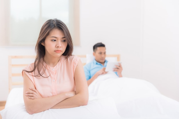 Malheureux couple asiatique ayant des disputes et des querelles