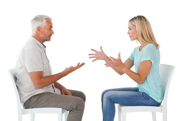 Malheureux couple assis sur des chaises ayant une dispute