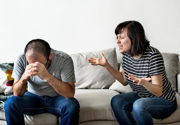 Malheureux couple se disputer sur le canapé
