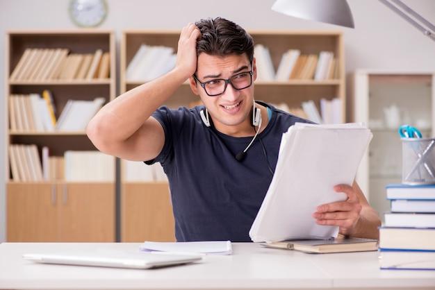Malheureux étudiant avec trop à étudier