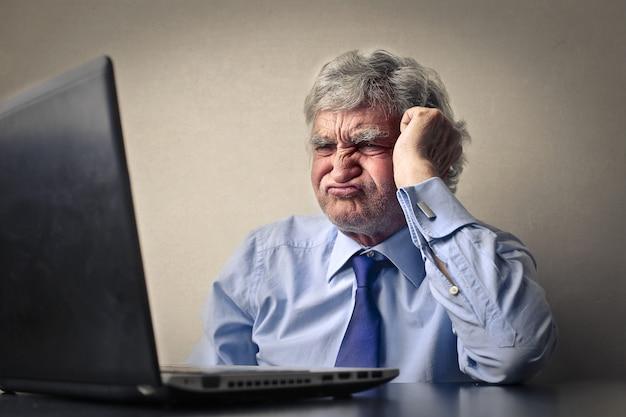 Malheureux homme senior déçu