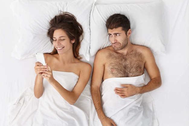 Malheureux jeune homme barbu se sentant triste déçu à cause de sa petite amie ne fait pas attention à lui