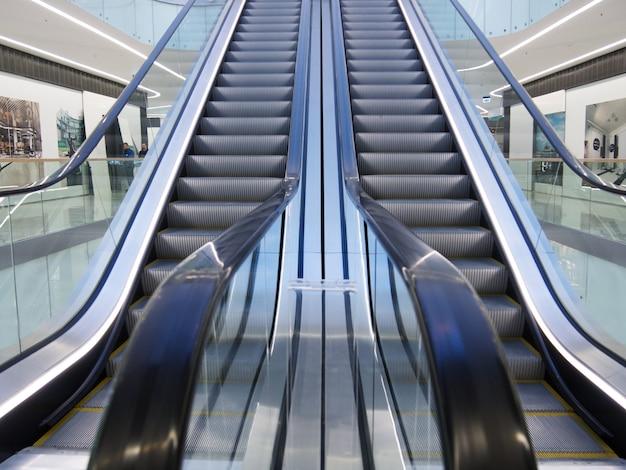 Mall, intérieur du centre commercial avec escaliers mécaniques dans un intérieur lumineux