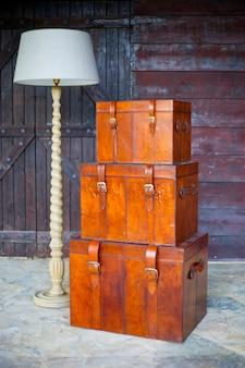 Malles vintage à côté d'une lampe