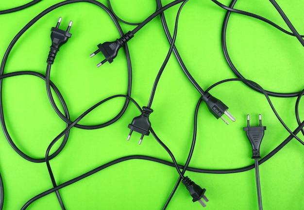 Malpropre, de, cordons électriques, bouchon, et, fils, non connecté, vue haut, sur, arrière-plan coloré