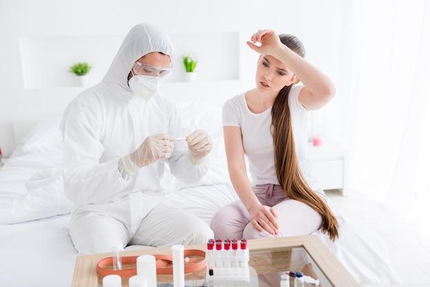 Malsaine malade infection covid dame visite médecin
