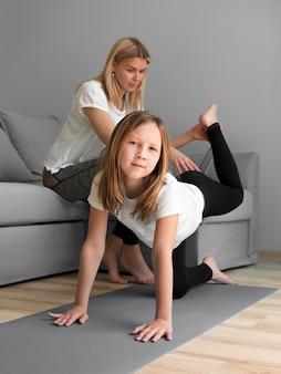Maman aide la fille à l'entraînement