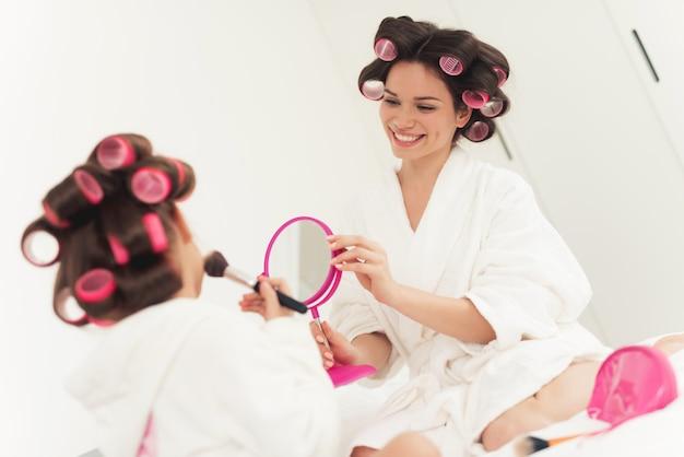 Maman apprend à une petite fille à se maquiller