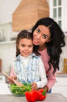 Maman apprend à sa fille à cuisiner