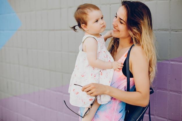 Maman au repos avec sa fille