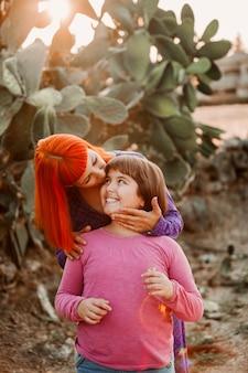 Maman aux cheveux rouges et sa fille