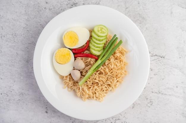 Maman aux œufs durs dans un plat blanc.