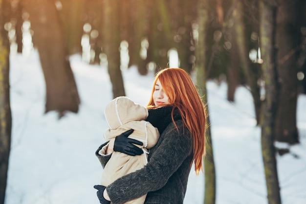 Maman et bébé dans le parc