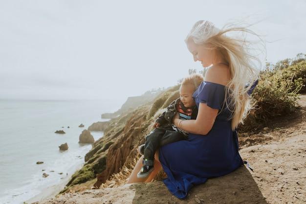 Maman blonde avec son fils à l'extérieur